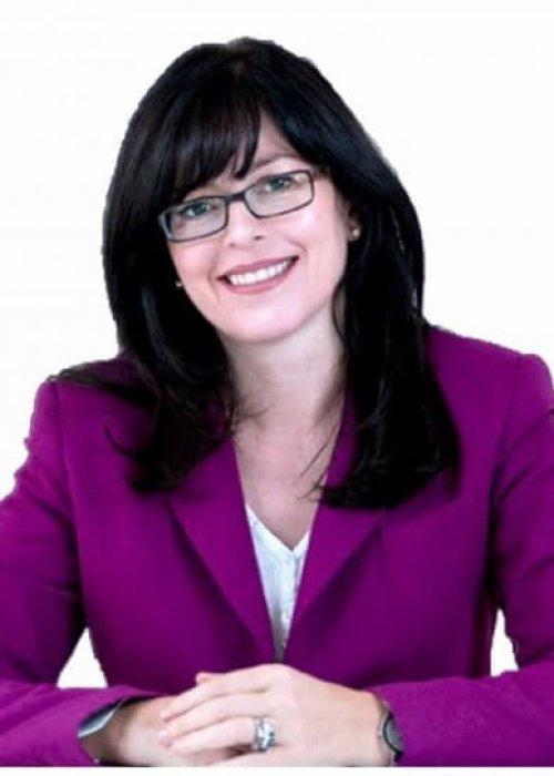 Frau mit schwarzen Haaren, Brille und lila Blazer, United Smart Cities, Business, Triple-A AG