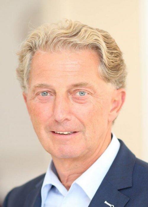 Mann mit blonden Haaren, dunkelblauem Jackett, Martin Bergler, Triple-A AG, Business