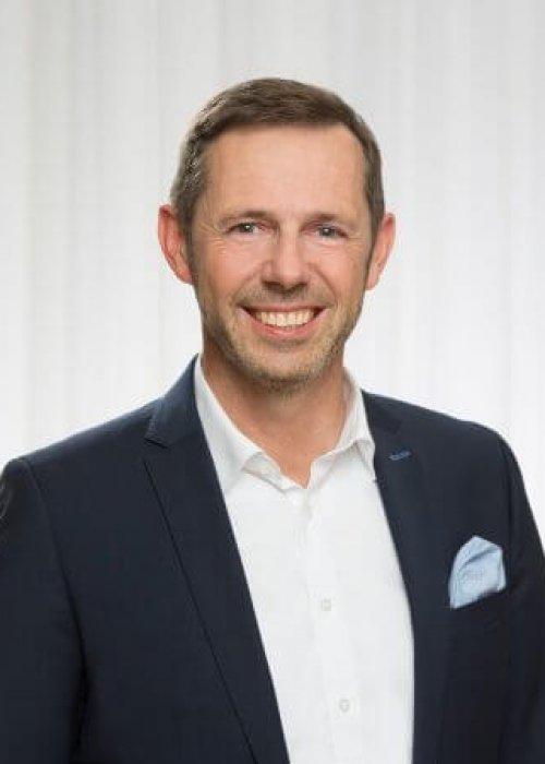 Mann mit Jackett dunkelblau, Einstecktuch hellblau, Oliver Breiteneder, Triple-A AG, Business