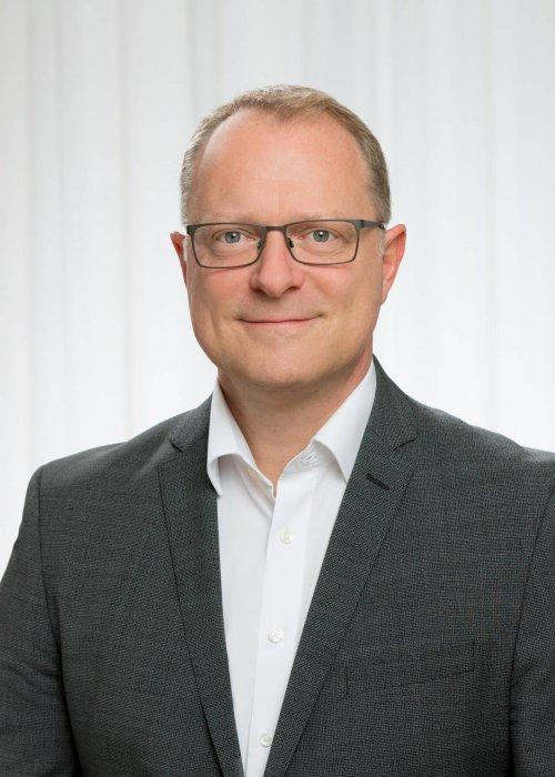 Mann mit Brille, Hemd, Mag. Bernd Kadic, Triple-A AG, Business