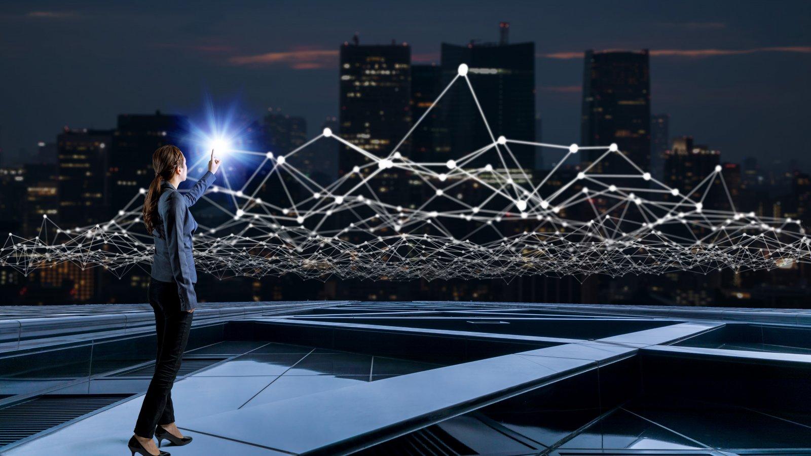 junge Frau mit Kommunikationsnetzwerk, Stadt als Hintergrund, Smart City, United Smart Cities, Triple-A AG